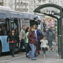 Chica vs. parada de autobús