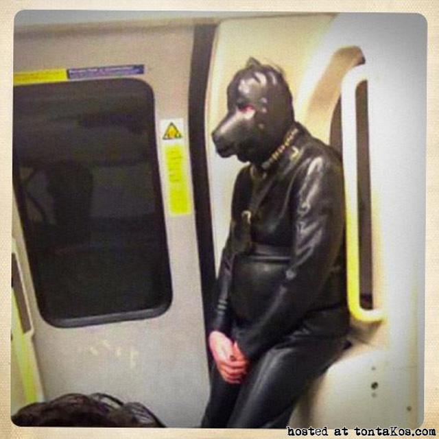 Gente sexy en el metro - tontaKos.com(2)