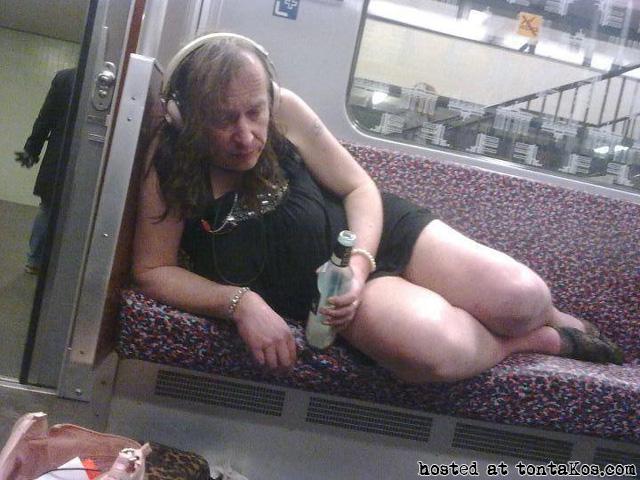 Gente sexy en el metro - tontaKos.com